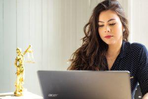 femme qui cherche un avocat spécialisé dans le divorce